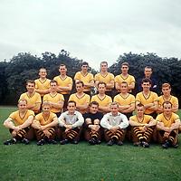 BILDENE INNGÅR IKKE I FASTAVTALENE PÅ NETT<br /> <br /> Fotball<br /> Tyskland<br /> Borussia Dortmund Feature<br /> Foto: imago/Digitalsport<br /> NORWAY ONLY<br /> <br /> 20.07.1964<br /> Kader Borussia Dortmund 1964/1965, hinten v.li.: Dieter Kurrat, Gerhard Cyliax, Udo Ockmann, Friedhelm Groppe, Rudi Assauer, Trainer Hermann Eppenhoff; Mitte: Lothar Geisler, x, Reinhold Wosab, Wilhelm Burgsmüller, Harald Beyer, Lothar Emmerich, Hermann..; ...Straschitz; vorn: Wolfgang Paul, Franz Brungs, Hans Tilkowski, Heinz Kwiatkowski, Bernhard Wessel, Friedhelm Konietzka, Wilhelm Sturm