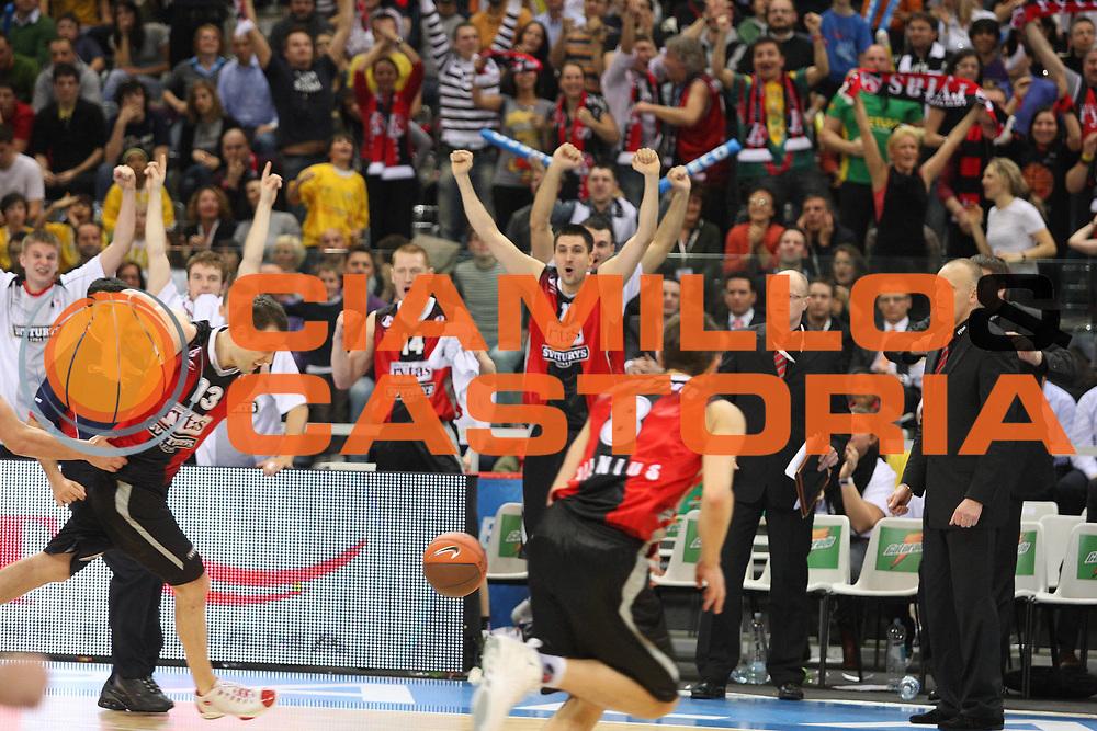 DESCRIZIONE : Torino Eurocup 2009 Finale Lietuvos Rytas BC Khimki<br /> GIOCATORE : Team Lietuvos Rytas<br /> SQUADRA : Lietuvos Rytas<br /> EVENTO : Eurocup 2009<br /> GARA : Lietuvos Rytas BC Khimki<br /> DATA : 05/04/2009<br /> CATEGORIA : Esultanza<br /> SPORT : Pallacanestro<br /> AUTORE : Agenzia Ciamillo-Castoria/G.Ciamillo