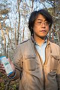 Dr. Shinzo Kimura mäter radioaktiviten i byn Shidamyo. Fukushima Prefektur, Japan