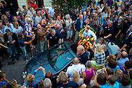 Erg druk was het donderdagavond in Heerenveen, bij de huldiging van Olympisch turnkampioen Epke Zonderland. Hij werd benoemd tot ereburger van de Friese gemeente. Naast de winnaar van de gouden medaille op de rekstok, werd ook turnster C&eacute;line van Gerner in het zonnetje gezet. Van Gerner traint in Heerenveen. Zij eindigde in Londen op de 12e plek bij het onderdeel meerkamp.<br /> Zonderland en Van Gerner werden in een open auto door de stad gereden en daarna gehuldigd op een podium aan de Oude Koemarkt.
