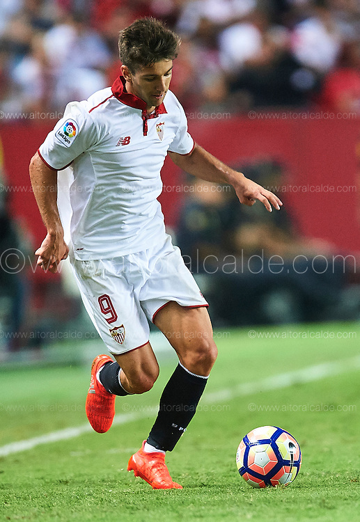 SEVILLE, SPAIN - SEPTEMBER 20:  Luciano Vietto of Sevilla FC in action during the match between Sevilla FC vs Real Betis Balompie as part of La Liga at Estadio Ramon Sanchez Pizjuan on September 20, 2016 in Seville, Spain.  (Photo by Aitor Alcalde Colomer/Getty Images)