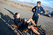 Wil Baselmans praat met trainer Jeroen na afloop van de ochtendwedstrijd op de vierde dag van de WHPSC. In Battle Mountain (Nevada) wordt ieder jaar de World Human Powered Speed Challenge gehouden. Tijdens deze wedstrijd wordt geprobeerd zo hard mogelijk te fietsen op pure menskracht. Ze halen snelheden tot 133 km/h. De deelnemers bestaan zowel uit teams van universiteiten als uit hobbyisten. Met de gestroomlijnde fietsen willen ze laten zien wat mogelijk is met menskracht. De speciale ligfietsen kunnen gezien worden als de Formule 1 van het fietsen. De kennis die wordt opgedaan wordt ook gebruikt om duurzaam vervoer verder te ontwikkelen.<br /> <br /> The morning runs on the fourth day of the WHPSC. In Battle Mountain (Nevada) each year the World Human Powered Speed ​​Challenge is held. During this race they try to ride on pure manpower as hard as possible. Speeds up to 133 km/h are reached. The participants consist of both teams from universities and from hobbyists. With the sleek bikes they want to show what is possible with human power. The special recumbent bicycles can be seen as the Formula 1 of the bicycle. The knowledge gained is also used to develop sustainable transport.