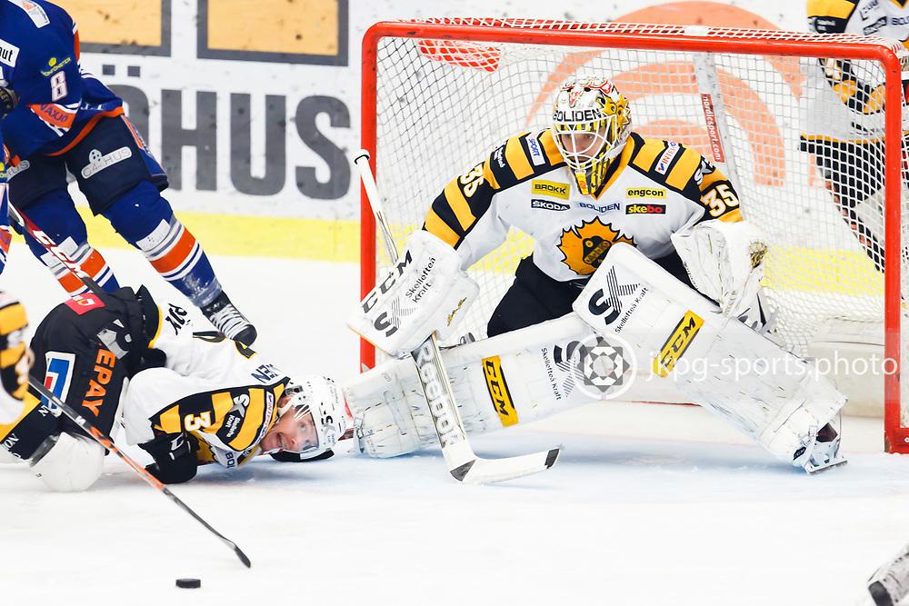 150423 Ishockey, SM-Final, V&auml;xj&ouml; - Skellefte&aring;<br /> Niclas Burstr&ouml;m, Skellefte&aring; AIK ligger p&aring; isen och fokuserar p&aring; pucken vid sidan av m&aring;lvakt Markus Svensson, Skellefte&aring; AIK.<br /> &copy; Daniel Malmberg/Jkpg sports photo