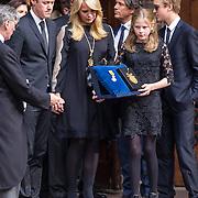 NLD/Laren/20130102 - Uitvaart John de Mol Sr., Linda de Mol en kinderen Noa en Julian samen met partner Jeroen Rietbergen met op de achtergrond ex partner Sander Vale