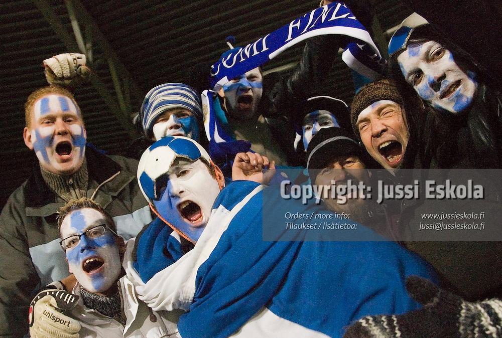 Suomalaisfaneja.&amp;#xA;Suomi-Armenia, Finnair Stadium, Helsinki 15.11.2006. EM-karsintaa.&amp;#xA;Photo: Jussi Eskola<br />