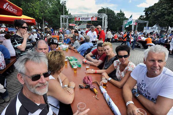 Nederland, Nijmegen, 15-7-2012Bij de Wedren schrijven lopers zich in voor de tocht die dinsdag begint. 45.000 deelnemers hebben zich aangemeld. Ze krijgen een polsbandje met een barcode die de controle op het parcours makkelijker maakt. Op de wedren is nu meer plaats voor tafels waar de lopers kunnen zitten en feesten.Foto: Flip Franssen/Hollandse Hoogte