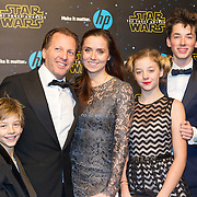 NLD/Amsterdam/20151215 - première van STAR WARS: The Force Awakens!, Michiel Mol met partner Marlous Mens en kinderen