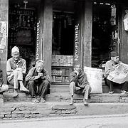 L'occupation préféré des hommes: jouer aux cartes ou ne rien faire! Kathmandu, Népal. 2008