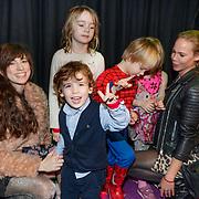 NLD/Amsterdam/20181223 - inloop The Christmas Show 2018, Nicolette Kluijver en kinderen Isabelle Jesse, Ana-Sofia en oppas