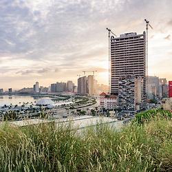 A parte baixa da cidade de Luanda de madrugada, ao nascer do sol e em destaque o largo do Baleizão, a Marginal e o futuro hotel Tykhe Sofitel. Angola