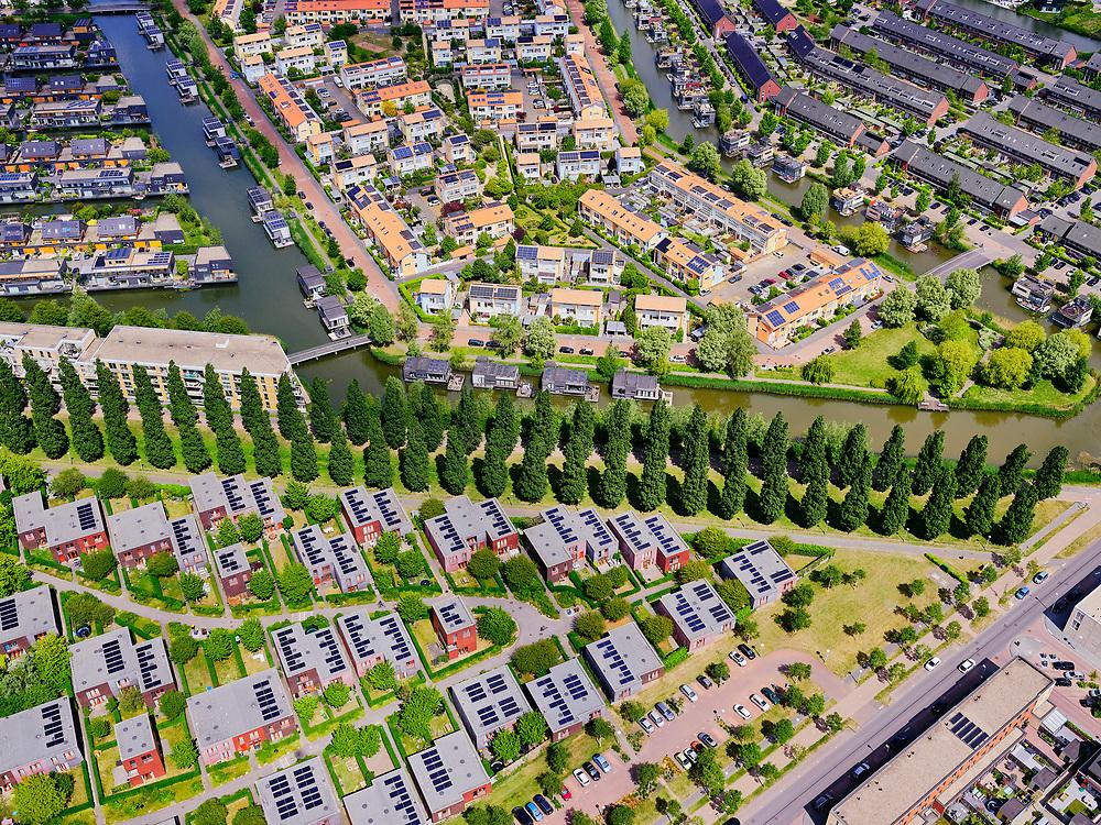 Nederland, Utrecht, Utrecht; 14–05-2020; stadsdeel Leidsche Rijn, de wijk Terwijde. Rijnkennemerlaan-Noord, kruising met Jazzboulevard en Jazzsingel. Zonnepanelen op de huizen/<br /> Leidsche Rijn district, Terwijde district in the foreground. View on the trees of the De Rijnkennemerlaan.<br /> <br /> luchtfoto (toeslag op standaard tarieven);<br /> aerial photo (additional fee required)<br /> copyright © 2020 foto/photo Siebe Swart