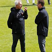 NLD/Katwijk/20100831 - Training Nederlands Elftal kwalificatie EK 2012, bondscoach Bert van Marwijk in gesprek