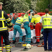 NLD/Huizen/20070425 - Ernstig ongeval met beknelling de Haar - Huizermaatweg Huizen, fietser onder vrachtwagen