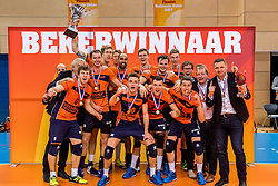 19-02-2017 NED: Bekerfinale Draisma Dynamo - Seesing Personeel Orion, Zwolle<br /> In een uitverkochte Landstede Topsporthal wint Orion met 3-1 de bekerfinale van Dynamo / Orion viert feest als zij de beker pakken
