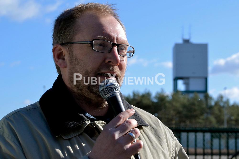 Rund 200 Atomkraftgegner haben am 26. Februar 2012 an die Benennung Gorlebens zum Standort f&uuml;r ein nukleares Entsorgungszentrum vor 35 Jahren erinnert. &quot;Viele von denen, die 1977 schon dabei waren, haben bei der Kundgebung gesprochen&quot;, sagte die Vorsitzende der B&uuml;rgerinitiative L&uuml;chow-Dannenberg, Kerstin Rudek. Niedersachsens damaliger Ministerpr&auml;sident Ernst Albrecht (CDU) hatte am 22. Februar 1977 verk&uuml;ndet, dass in Gorleben ein Endlager, eine atomare Wiederaufarbeitungsanlage (WAA), mehrere Zwischenlager und eine Brennelementefabrik gebaut werden sollten. Im Bild: Torsten Koopmann, B&uuml;rgerinitiative L&uuml;chow-Dannenberg<br /> <br /> Ort: Gorleben<br /> Copyright: Kina Becker<br /> Quelle: PubliXviewinG