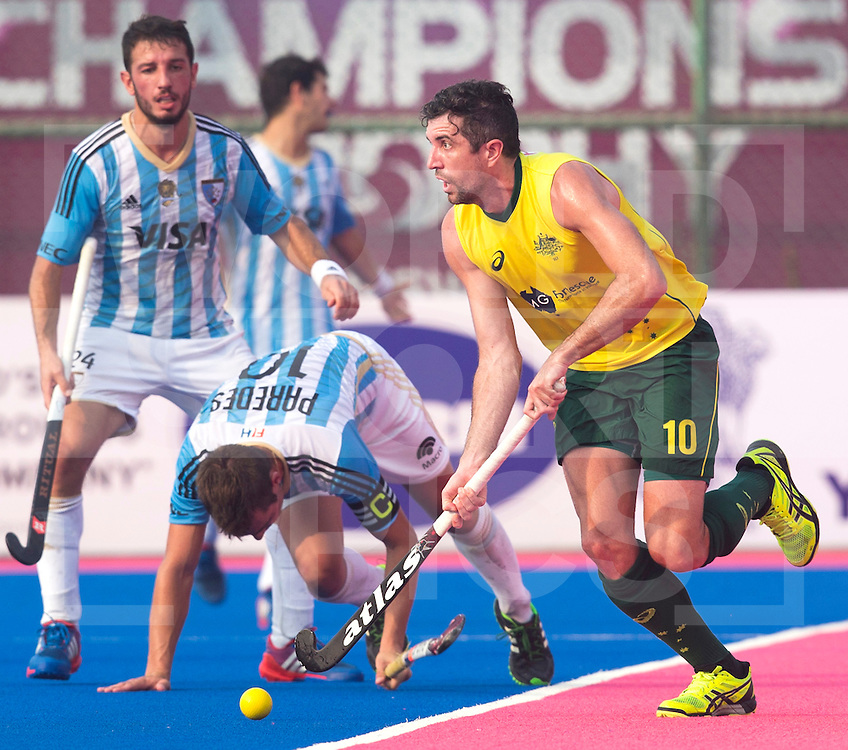BHUBANESWAR  (INDIA) -  Quater Finals Argentina vs Australia  (2-4) of the Hero Champions Trophy Hockey.  Russell Ford of Australia (r) passes Matias Paredes of Argentina . left Manuel Brunet of Argentina. PHOTO  KOEN SUYK