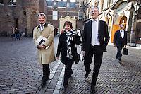 Nederland. Den Haag, 25 maart 2009.<br /> van Geel, Hamer, Slob en Donner op weg naar de Tweede Kamer. waar een verklaring werd afgelegd over de crisismaatregelen. Bij de aanpak van de financiele crisis is een bijdrage van iedereen noodzakelijk. Dat stelde premier Jan Peter Balkenende woensdag in de Tweede Kamer. <br /> Mariette Hamer verlaat de vergaderzaal, op weg naar haar werkkamer. . De top van het kabinet en de sociale partners hebben gisteravond laat een principe-akkoord gesloten.<br /> Foto Martijn Beekman<br /> NIET VOOR PUBLIKATIE IN LANDELIJKE DAGBLADEN.