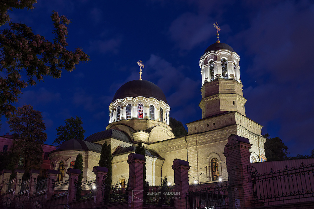 Вечерний вид церковного храма на территории Октябрьской больницы.