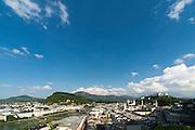Blick auf die gesamte Altstadt und Festung Hohensalzburg, das historische Zentrum der Stadt Salzburg, UNESCO Welterbestätte, Österreich | View of the entire old town and Hohensalzburg Fortress, the historic center of the city of Salzburg, a UNESCO World Heritage Site, Austria