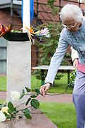 Een vrouw legt bloemen bij het monument. In verzorgingstehuis Rumah Kita in Wageningen wordt de jaarlijkse Indië-herdenking gehouden. Op 15 augustus 1945 capituleerde Japan, maar vlak daarna begon de bersiap periode in voormalig Nederlands-Indië. Met de herdenking wordt stil gestaan bij de roerige tijd, waarbij veel Indo's het land moesten verlaten.<br /> <br /> A woman is laying flowers at the monument. Residents of the nursing home for Dutch-Indonesian people Rumah Kita in Wageningen are attending a commemoration for the capitulation of Japan at the Indonesian war. After the war ended a new era started, where most of the Euro-Indonesian people had to leave the country.