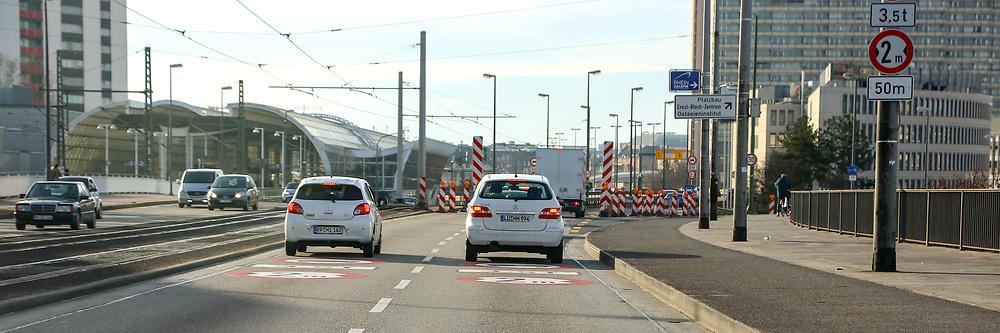 Ludwigshafen. 10.01.18 | <br /> Hochstra&szlig;e S&uuml;d. Aktive Geschwindigkeitsreduzierung und LKW Durchfahrtssperre wegen Br&uuml;ckensch&auml;den. Schilder auf der Hochstra&szlig;e S&uuml;d (B 37) aus Richtung Mannheim kommend vor der Lkw-Sperre. Diese zeigen noch 2 Meter als Maximalbreite an.<br /> <br /> Bild: Markus Prosswitz 10JAN18 / masterpress (Bild ist honorarpflichtig - No Model Release!) <br /> BILD- ID 00049 |