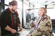Sherry Russell, 61, köper sin dos av cannabis av försäljaren Steven Bergland på det gröna apoteket The Agrestic i Corvallis, Oregon, USA