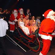 Lee Towers bezoekt World Fantasy Dinner kerstshow Hilversum met kinderen, arreslee met oa Alma Nieto