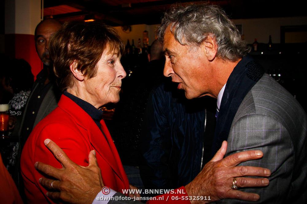 NLD/Amsterdam/20100527 - Uitreiking Zilveren Nipkowschijf 2010, Mies Bouwman  in gesprek met Rogier van Boxtel