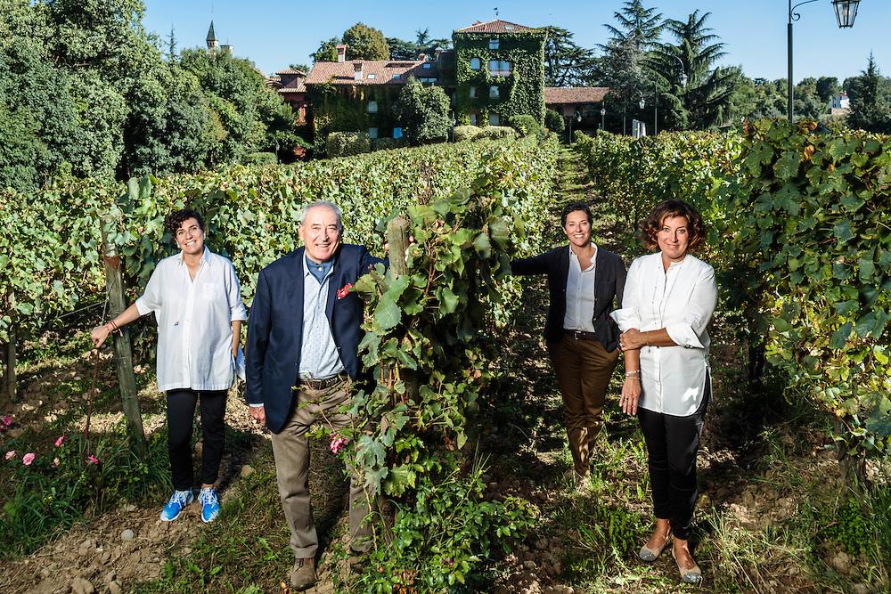 """22 SEP 2014 - Erbusco (BS) - Vittorio Moretti nella vigna adiacente a """"l'Albereta"""" con le figlie Carmen (camicia bianca), Francesca (giacca colorata), Valentina (giacca blu), """"Holding Terra Moretti""""."""