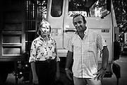 Volti di professioni. L'uomo è un allevatore, mentre la donna è la proprietaria del camion sullo sfondo dell'immagine, nonché quindi contoterzista per il trasporto degli animali. Entrambe i lavoratori hanno un ruolo di prim'ordine nel dietro le quinte del vasto mondo taurino. La seconda per quanto riguarda la logistica della ?feria?, dato il costo e l'onere per il trasferimento degli animali. Il primo per quanto concerne i ?toros bravos? prima della corrida a cui saranno destinati. Le condizioni di vita in cui crescono e si accoppiano questi animali sono nelle mani degli allevatori: se una progenie di tori e vacche che provengono da un certo allevamento mostreranno le capacità di bravura, coraggio e nobiltà che si intendono intrinseche alla corrida, allora l'allevatore ne avrà un ritorno, di prestigio ed in termini economici. Feria du Riz, settembre 2012.