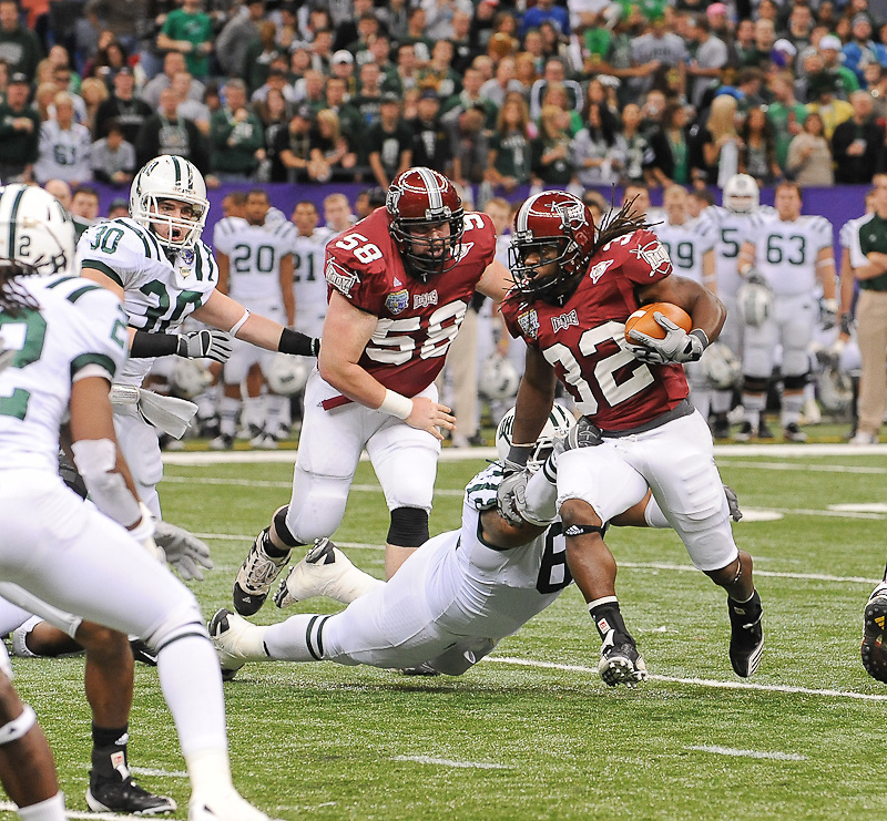 Troy Trojans running back DuJuan Harris (32) runs in for a first down during the first half of the game. Troy Trojans leads Ohio Bobcats 38-7 at half time.
