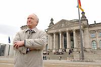 10 MAR 2003, BERLIN/GERMANY:<br /> Heinrich August Winkler, Professor fuer neuste Geschichte an der Humbold-Universitaet Berlin, vor dem Reichstagsgebaeude<br /> IMAGE: 20030310-01-028<br /> KEYWORDS: Historiker