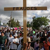 Oaxaca, Oax.- Maestros caminan en la cuarta mega marcha luego de mas de un mes de planton magisterial sin que haya una solucion por parte del gobierno del Estado y el gobierno federal, donde buscan arreglar el conflicto antes de los comicios del proximo 2 de Julio. Agencia MVT / Eder Lopez. (DIGITAL)<br /> <br /> NO ARCHIVAR - NO ARCHIVE
