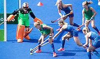 RIO DE JANEIRO (Brazilie) - De dames  van Oranje trainen vanmiddag in het Olympische hockeystadion . Carlien Dirkse van den Heuvel (Ned) aan de bal  met rechts Ellen Hoog, Xan de Waard, Caia van Maasakker, en keeper Joyce Sombroek.   COPYRIGHT KOEN SUYK