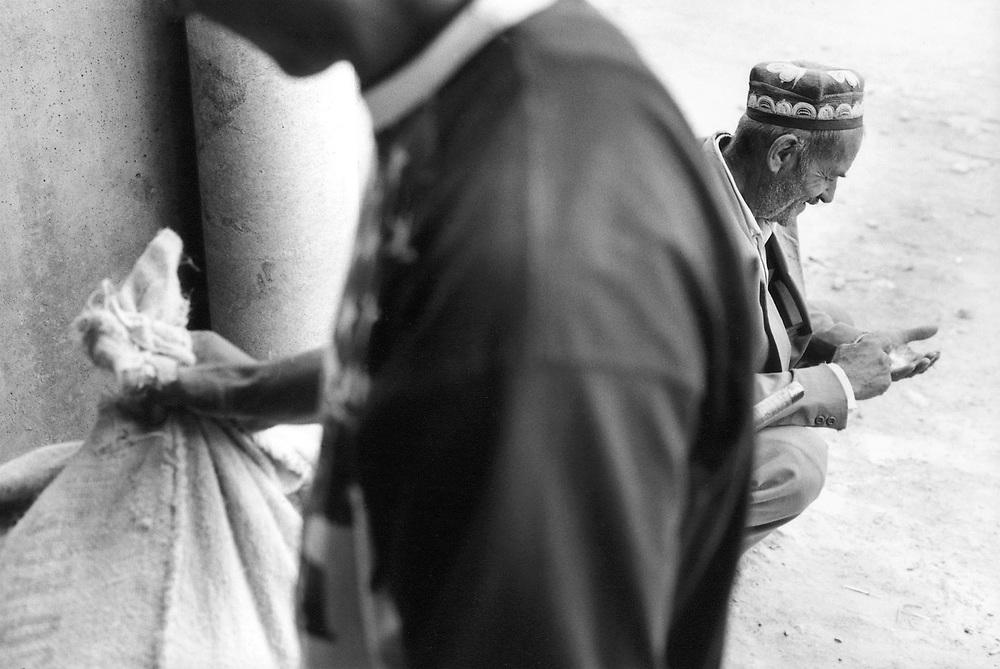 ©  christian  JUNGEBLODT..TADSCHIKISTAN -TADSCHIKISTAN  ( Garm-Tal, ehem. B¸rgerkriegsgebiet - heute von der islamischen Opposition kontrolliert..Mittels gro?fl?chige Lebensmittelverteilungen.seitens der Deutschen Welthungerhilfe werden.ca. 100 Tsd bed¸rftige Menschen erreicht ..( Getreidemehl, Zucker, Speise?l ) .Hier : Lebensmittelverteilung im Dorf LANGARISCHOCH.HERE:German Agro Action .Food distribution - the districts in Garm & Karatin valley.has been the most effected by civil war ..Distribution in the village Langarischoch