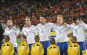 FUSSBALL WM 2010   VORRUNDE    Gruppe E   24.06.2010 Kamerun - Holland John HEITINGA, Joris MATHIJSEN, Mark VAN BOMMEL, Dirk KUYT, Robin VAN PERSIE (v. li., Holland)