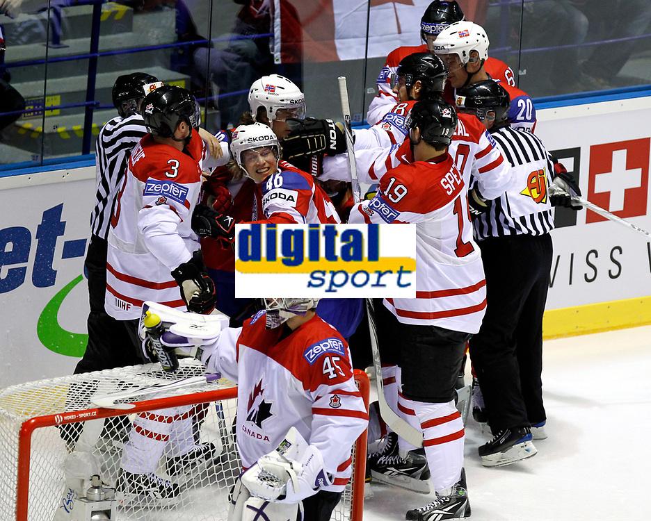 Ishockey<br /> VM 2011<br /> Kosice Slovakia<br /> 07.05.2011<br /> Canada v Norge<br /> Foto: Gepa/Digitalsport<br /> NORWAY ONLY<br /> <br /> Bild zeigt eine Rauferei mit Dion Phaneuf (CAN), Mathis Olimb (NOR) und Jason Spezza (CAN).