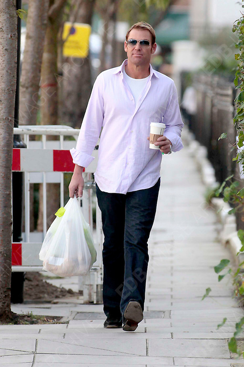 14.OCTOBER.2011. LONDON<br /> <br /> SHANE WARNE ARRIVING AT LIZ HURLEY'S HOME IN LONDON<br /> <br /> BYLINE: EDBIMAGEARCHIVE.COM<br /> <br /> *THIS IMAGE IS STRICTLY FOR UK NEWSPAPERS AND MAGAZINES ONLY*<br /> *FOR WORLD WIDE SALES AND WEB USE PLEASE CONTACT EDBIMAGEARCHIVE - 0208 954 5968*