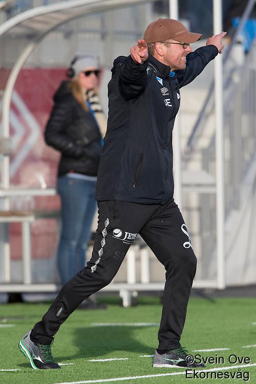 1. divisjon fotball 2015: Hødd - Fredrikstad. Hødds trener Sindre Eid dirigerer spillerne i førstedivisjonskampen mellom Hødd og Fredrikstad på Høddvoll.