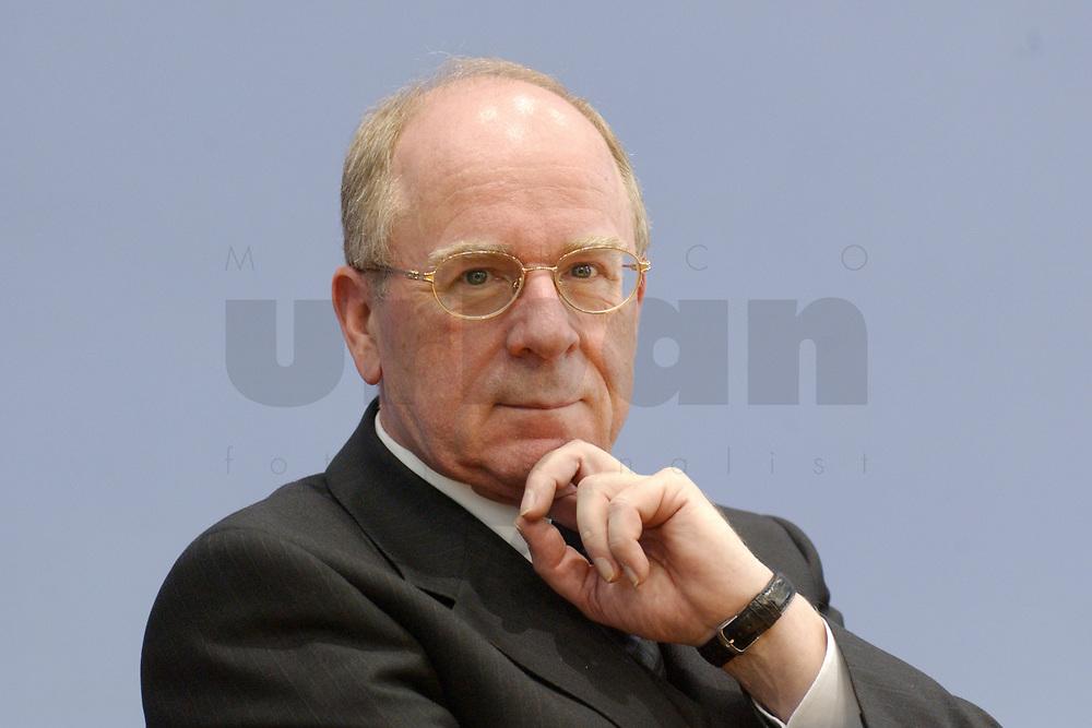 31 OCT 2002, BERLIN/GERMANY:<br /> Hans W. Reich, Vorstandssprecher der Kreditanstalt fuer Wiederaufbau, KfW, waehrend einer Pressekonferenz zur Vorsdtellung des Mittelstandsprogramms &quot;Kapital fuer Arbeit&quot;, Bundespressekonferenz<br /> IMAGE: 20021031-01-031<br /> KEYWORDS: BPK, Kapital f&uuml;r Arbeit