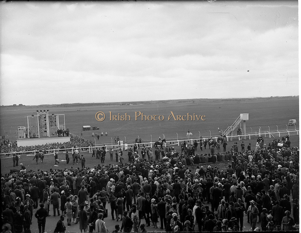 30/06/1962 <br /> 06/30/1962<br /> 30 June 1962<br /> Irish Sweeps Derby at the Curragh Racecourse, Co. Kildare. General view of the   of the reserved enclosure for the Derby as the jockeys finish mounting. The horses were shown and mounted on the course.