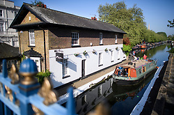 © Licensed to London News Pictures. 07/05/2018. London, UK. Early morning sunshine at day three of the Canalway Cavalcade festival takes place in Little Venice, West London on Monday, May 7th 2018. Today is expected to be the hottest May bank holiday Monday on record. Photo credit: Ben Cawthra/LNP