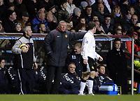 Fotball<br /> Premier League 2004/05<br /> Aston Villa v Manchester United<br /> 28. desember 2004<br /> Foto: Digitalsport<br /> NORWAY ONLY<br /> Manchester United's manager Sir Alex Ferguson (C) offers some advice to Wayne Rooney