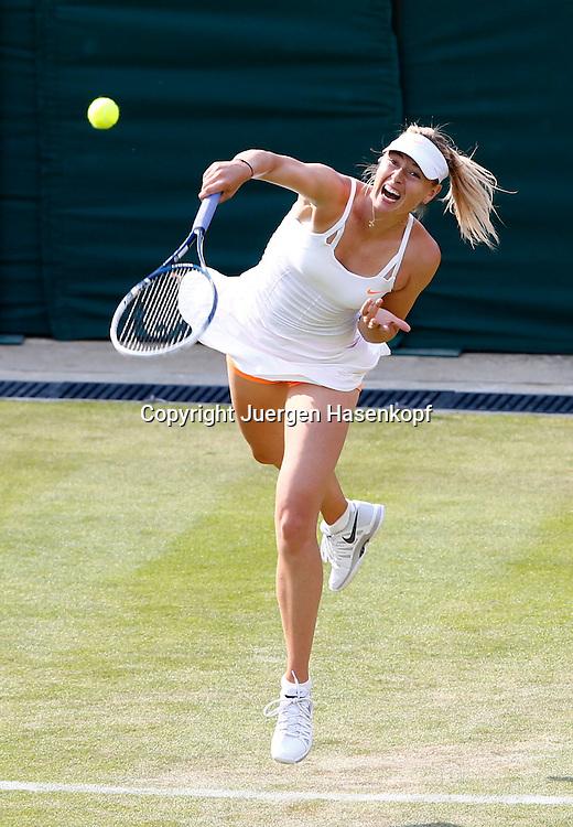 Wimbledon Championships 2013, AELTC,London,<br /> ITF Grand Slam Tennis Tournament,<br /> Maria Sharapova (RUS),Aktion,Aufschlag,Einzelbild,<br /> Ganzkoerper,Hochformat,von oben,