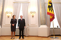 07 JAN 2004, BERLIN/GERMANY:<br /> Johannes Rau (R), Bundespraesident, und seine Frau Christina Rau (L), waehrend dem Neujahrsempfang des Bundespraaesidenten, Schloss Bellevue<br /> IMAGE: 20040107-01-001<br /> KEYWORDS: Empfang, Neujahr, Bundespräsident, Gattin, Praesidentengattin, Präsidentengattin, Flagge, Fahne, Bundesadler, Defilee