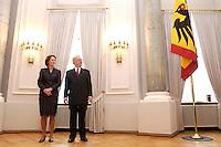 07 JAN 2004, BERLIN/GERMANY:<br /> Johannes Rau (R), Bundespraesident, und seine Frau Christina Rau (L), waehrend dem Neujahrsempfang des Bundespraaesidenten, Schloss Bellevue<br /> IMAGE: 20040107-01-001<br /> KEYWORDS: Empfang, Neujahr, Bundespr&auml;sident, Gattin, Praesidentengattin, Pr&auml;sidentengattin, Flagge, Fahne, Bundesadler, Defilee