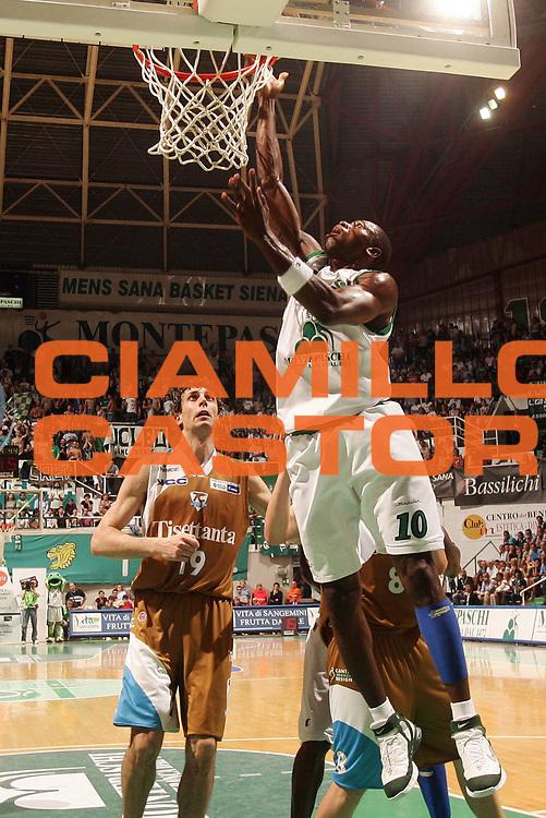 DESCRIZIONE : Siena Lega A1 2006-07 Playoff Quarti di Finale Gara 3 Montepaschi Siena Tisettanta Cantu <br /> GIOCATORE : Sato <br /> SQUADRA : Montepaschi Siena <br /> EVENTO : Campionato Lega A1 2006-2007 Playoff Quarti di Finale Gara 3 <br /> GARA : Montepaschi Siena Tisettanta Cantu <br /> DATA : 22/05/2007 <br /> CATEGORIA : Tiro <br /> SPORT : Pallacanestro <br /> AUTORE : Agenzia Ciamillo-Castoria/P.Lazzeroni