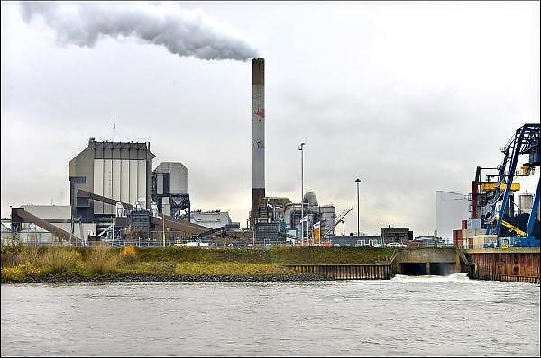 Nederland, the Netherlands, Nijmegen, 27-11-2015 Elektriciteitscentrale van Electrabel, voorheen PGEM, EPON, Nuon en Electrabel. Onderdeel van GDF SUEZ Energie Nederland. Het is een kolengestookte centrale, en wordt gesloten te worden vanwege ouderdom, stroomoverschot en milieuakkoord. Er worden ook biomassa en houtsnippers verstookt. Op het terrein zal een zonnepanelenpark gebouwd worden. Rechts is de wateruitlaat te zien die warm koelwater de rivier in loost.Power plant will shut down early 2016 because of electricity surplus and co2 emissions Foto: Flip Franssen/HH