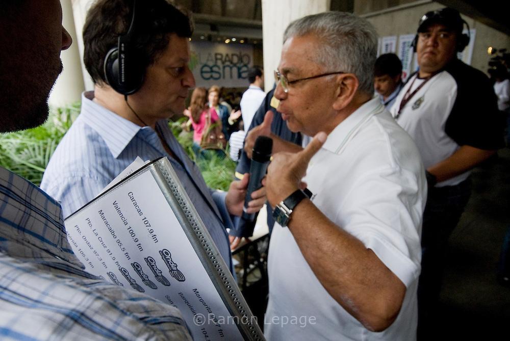 Representantes de diversos gremios profesionales, periodistas y trabajadores de las radios durante la asamblea constitutiva de la Fundación la Radio es Mía.  La Comisión Nacional de Telecomunicaciones (CONATEL) ordeno el cierre de 34 emisoras de radio y la cancelación de las concesiones a otras 206 emisoras de radio a nivel nacional.   Caracas 05 de Agosto 2009 Ramon Lepage / Orinoquiaphoto