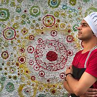 Khalid, cocinero y refugiado Sirio, preparando la cena en una casa particular.